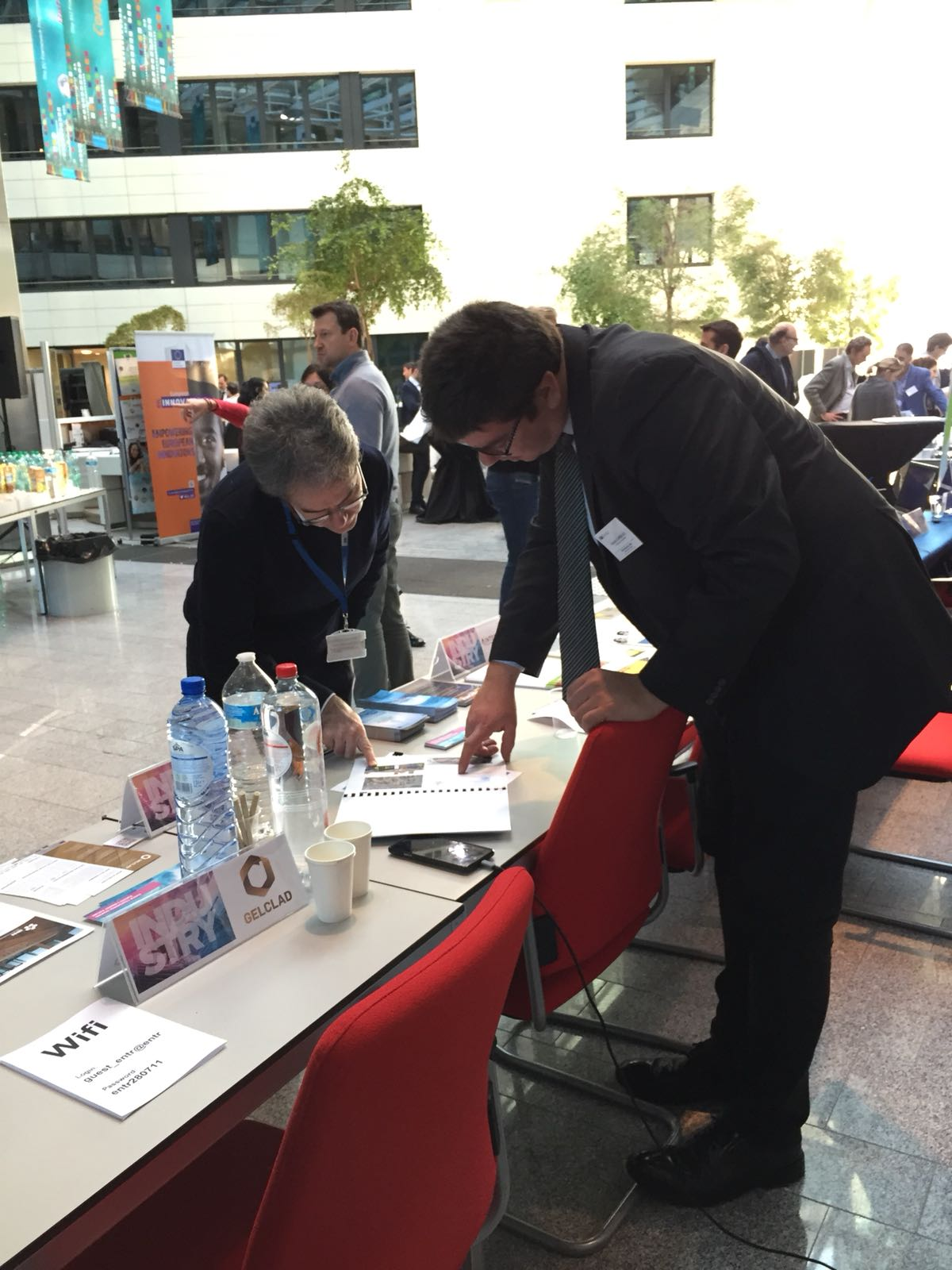 Arkaitz Carbajo, from Eurohelp Consulting, explaining the project during the exhibition